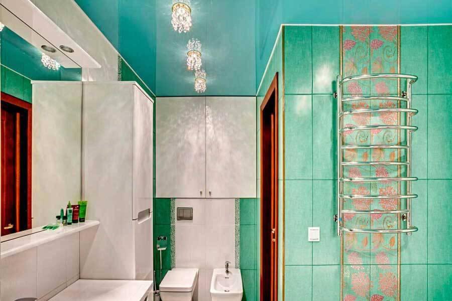 Зеленый потолок в ванной